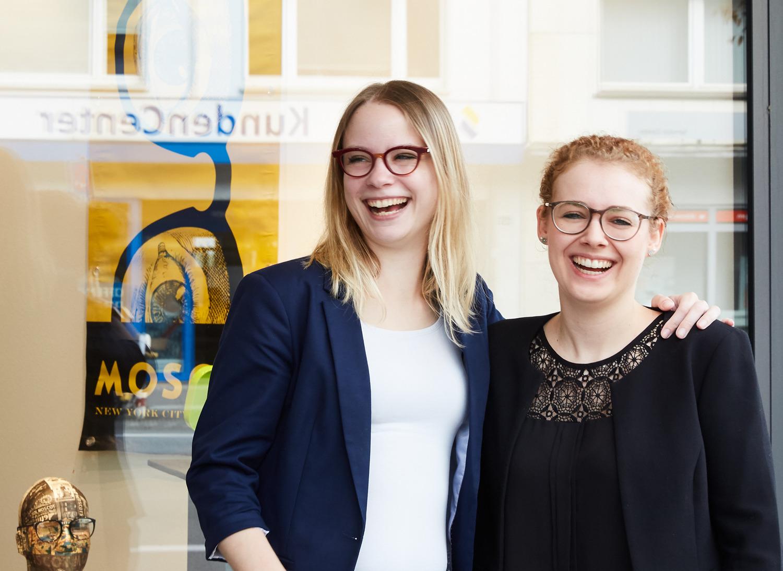Zwei Mitarbeiterinnen von Wollenhaupt