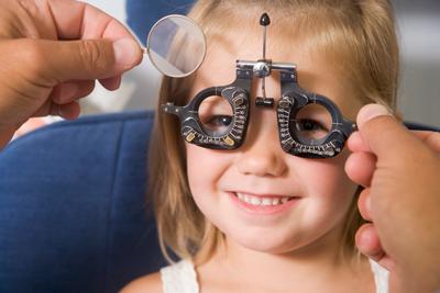 Kleines Mädchen mit Messbrille lacht