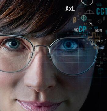 Frau mit Brille und Meßlinien