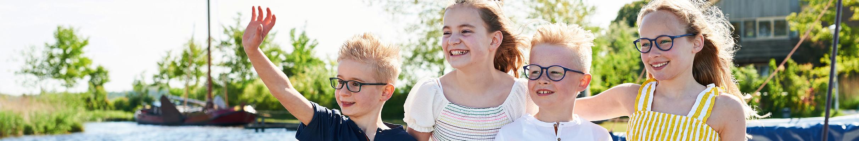 Fröhliche Kinder mit Brillen