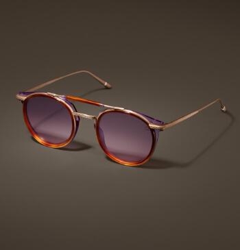 Goldene Brille, orange abgesetzt mit getönten Gläsern