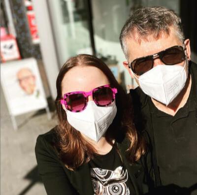 Mann und Frau mit Sonnenbrille und Maske