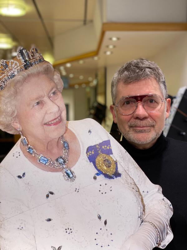 Herr Baumgarten mit Queen Elizabeth Aufsteller