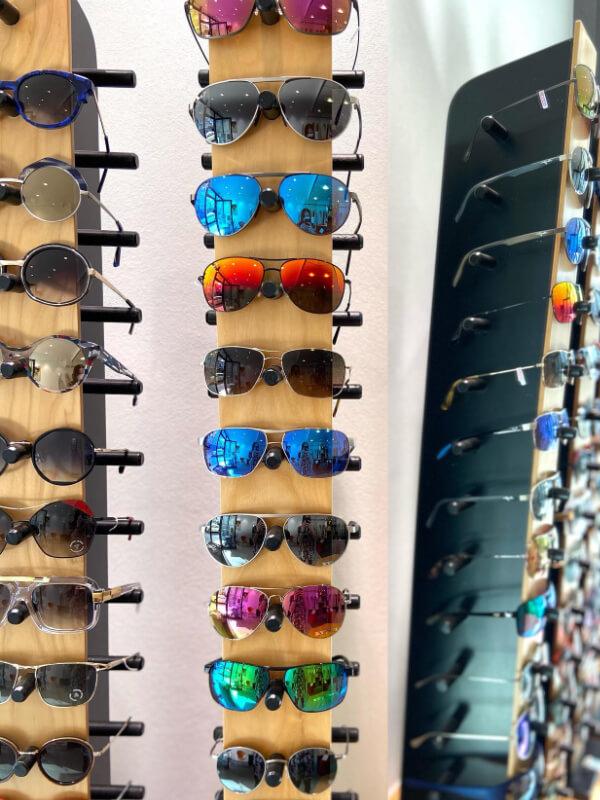Sonnenbrillen auf Ständer