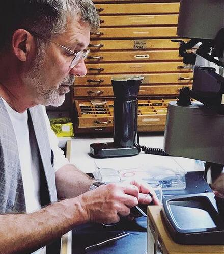 Herr Baumgarten in der Werkstatt